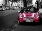 Mini in der Farbe Hot-Pink in der Rethelstraße Düsseldorf